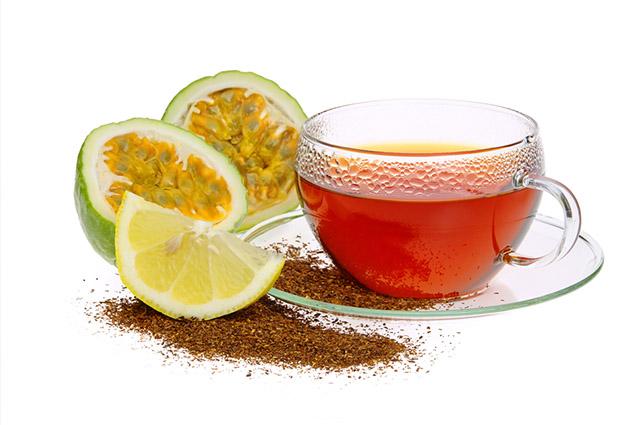 Chá de maracujá na xícara