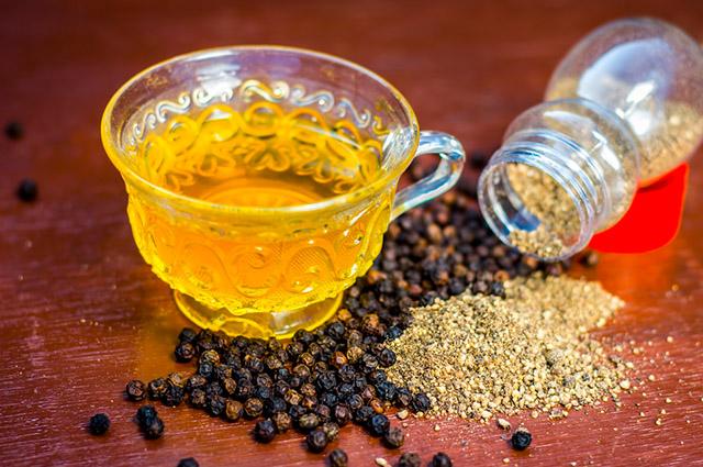 Chá de pimenta na xícara
