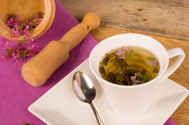 Chá de valeriana na xícara