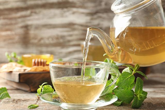 Chá de erva-cidreira na xícara