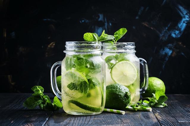 Chá verde, limão e hortelã