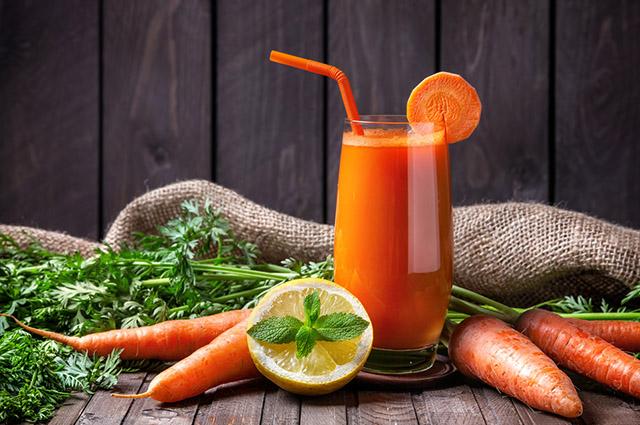 Copo com suco de cenoura e limão