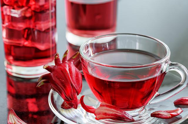 Xícara com chá de hibisco