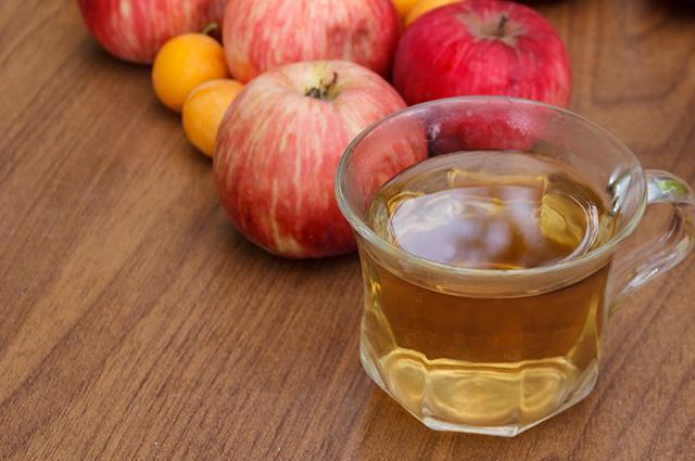Xícara de chá de frutas frescas