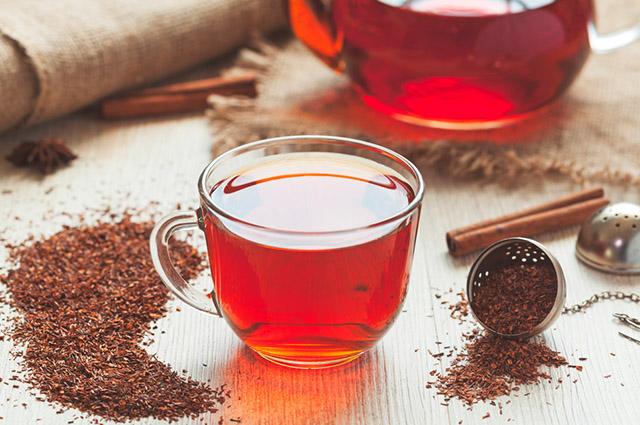 Xícara com chá de rooibos