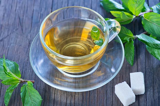 Xícara com chá de hortelã