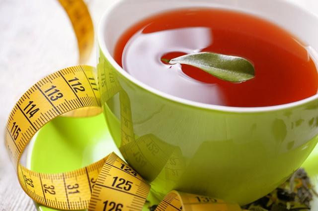 Chá vermelho e fita métrica