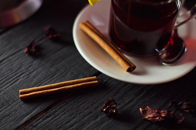 Chá de hibisco e canela