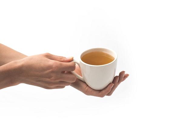 Mulher segurando xícara
