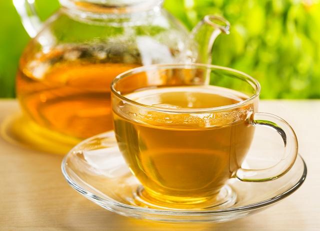 Chá amarelo na xícara
