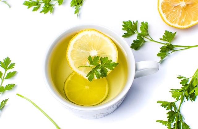 Chá de salsa com limão